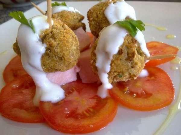 Le rubriche di Cettinella: in cucina con i morosini..Pinchos di polpettine di melanzane con cuore di provola dolce e prosciutto