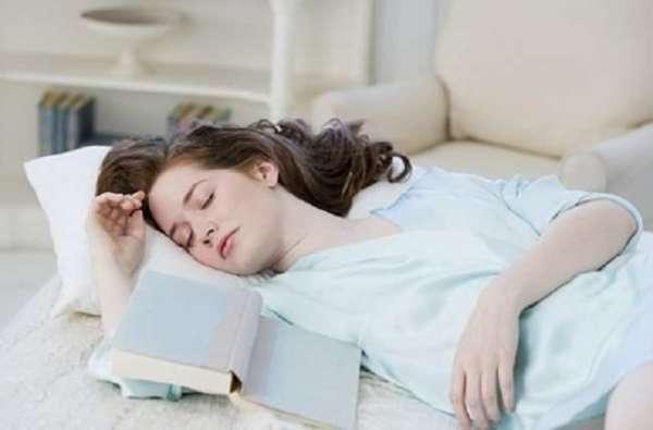Dormire sul divano dopo pranzo allunga la vita - Dormire sul divano ...