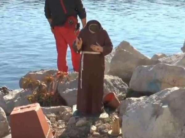 Choc a Mergellina, decapitata la statua di Padre Pio