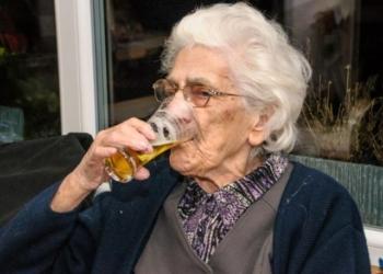 Nonna di 96 anni beve 22 birre al giorno per restare in forma