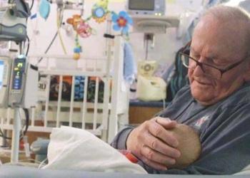 David, il nonno che va a cullare i bambini soli: un'iniziativa straordinaria
