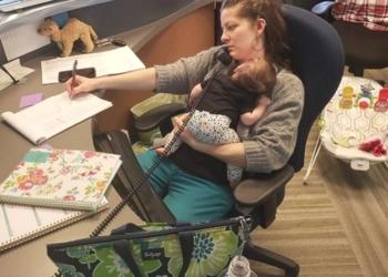 Mamma porta la figlia a lavoro, il capo le fa una foto e sul web è polemica