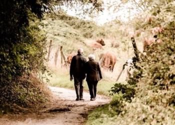 Dopo 63 anni di matrimonio, si inginocchia e le chiede di nuovo di sposarlo