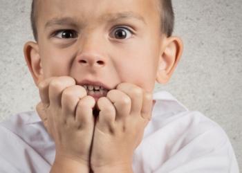 Bambino si mangia le unghie: come fargli togliere questa abitudine