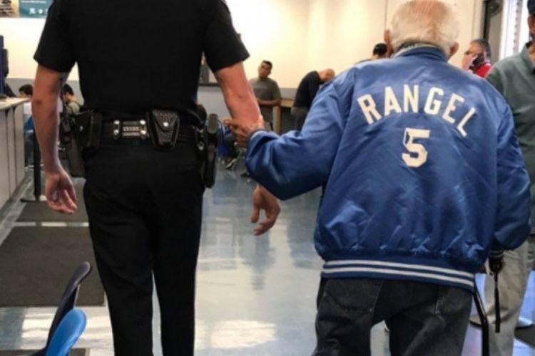 uomo di 92 anni cacciato banca